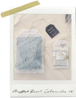 無地の巾着に、アイロンプリントでイニシャルを貼り付けてプレゼント。