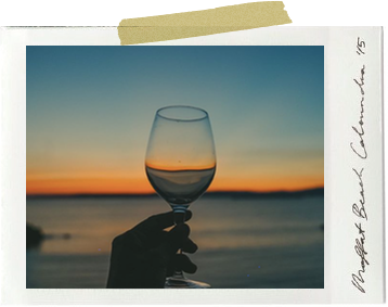 夫婦での島暮らしの楽しみ、海辺での乾杯。